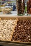 Arachidi in una cassa di legno Le arachidi sono una coltura oleaginosa importante 47 - 54% dei grassi, delle proteine 20-37% e de Immagini Stock Libere da Diritti