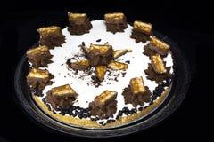Arachidowego karmelu czekoladowy tort fotografia royalty free