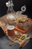 Arachidowi ciastka z filiżanką mleko Obrazy Royalty Free