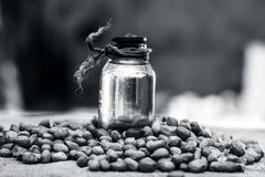 [Arachis hypogaea] ακατέργαστη αραχίδα σε ένα κύπελλο αργίλου με το πετρέλαιο αραχίδων σε ένα gunny υπόβαθρο Στοκ φωτογραφία με δικαίωμα ελεύθερης χρήσης