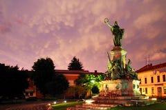 ARAD, ROEMENIË, 28 JUNI, 2019: Het Verzoeningspark van Arad onder stormachtige wolken stock fotografie