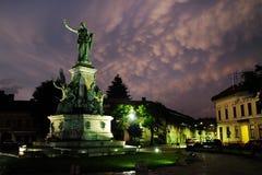 ARAD, ROEMENIË, 28 JUNI, 2019: Het Verzoeningspark van Arad onder stormachtige wolken stock foto's
