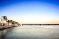 Arade flodkustlinje i Portimao, Algarve, Portugal Royaltyfri Fotografi
