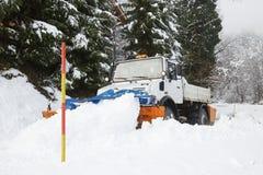 Arado de la nieve que hace su manera a través de la nieve imagen de archivo