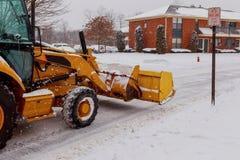 Arado de neve que faz a remoção após um blizzard Fotos de Stock