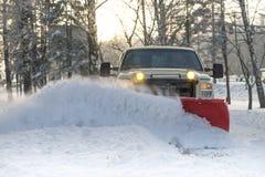 Arado de neve que faz a remoção de neve após um blizzard imagem de stock