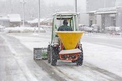 Arado de neve que remove a neve fotos de stock royalty free