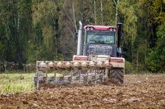 Arado del tractor Fotos de archivo libres de regalías