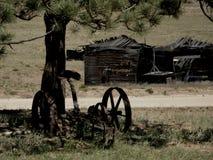 Arado e barraca velhos na ruína fotos de stock royalty free