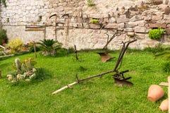 Arado e ferramentas de jardinagem velhas Imagem de Stock