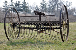 Arado velho da exploração agrícola foto de stock royalty free