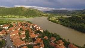 Aragavi-Fluss in Mtskheta, Georgia, Vogelperspektivegesamtlänge, atemberaubender Anblick stock video