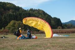 Aragliders που προσγειώθηκε ακριβώς σε έναν τομέα Στοκ εικόνα με δικαίωμα ελεύθερης χρήσης