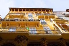 Aragon Teruel modernistiska byggnader på Calle Nueva Royaltyfri Bild
