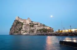 Aragonese Castle στο νησί ισχίων τή νύχτα Στοκ εικόνα με δικαίωμα ελεύθερης χρήσης