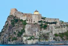 Aragonese Castle στο νησί ισχίων τή νύχτα Στοκ φωτογραφία με δικαίωμα ελεύθερης χρήσης