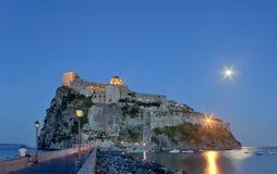 Aragonese Castle στο νησί ισχίων τή νύχτα Στοκ φωτογραφίες με δικαίωμα ελεύθερης χρήσης