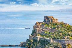 Aragonesekasteel - beroemd oriëntatiepunt dichtbij Ischia eiland, Italië stock fotografie
