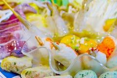 Aragosta fresca ed altri frutti di mare in cucina domestica Immagini Stock