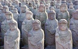 1000 arahan statyer på Gwaneumsa den buddistiska templet på Jeju Arkivbilder