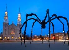 Araignée et église géantes crépusculaires photographie stock
