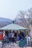 Araku谷,维沙卡帕特南安得拉邦,印度, 2017年3月04日:人们看的放松在borra洞的一个小屋下 免版税库存照片