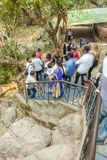 Araku谷,维沙卡帕特南安得拉邦,印度, 2017年3月04日:弄脏加入borra洞的观点的人 库存照片