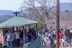 Araku谷,维沙卡帕特南安得拉邦,印度, 2017年3月04日:弄脏加入borra洞的观点的人 图库摄影