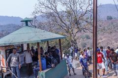 Araku dal, Visakhapatnam Andhra Pradesh, Indien, mars 04 2017: Gör suddig sikten av folk som skriver in in i borragrottan Arkivbild