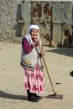 Aral, Kasachstan - 24. April 2017: Alte Frau des kasachischen Landes in der traditionellen Kleidung Lizenzfreies Stockfoto