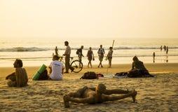 ARAMBOL海滩,果阿,印度- 2013年2月15日-人们是松弛在海滩,做分裂的一个人 免版税图库摄影
