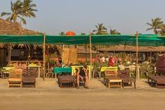 ARAMBOL-STRAND, GOA, INDIEN - 23. FEBRUAR 2017: Junger Mann auf Aram Lizenzfreies Stockfoto