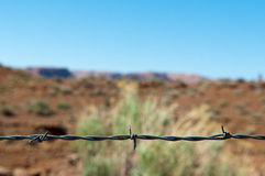 Arame farpado como o divisor a um deserto Imagem de Stock