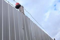Arame farpado contra o céu azul Foto de Stock Royalty Free
