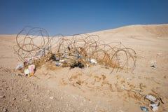 Arame farpado e lixo de oxidação no deserto Fotos de Stock Royalty Free