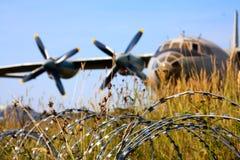 Arame farpado e os aviões Fotos de Stock