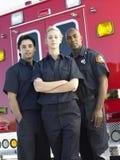 Aramedics delante de una ambulancia imagen de archivo