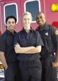 Aramedics vor einem Krankenwagen Lizenzfreie Stockfotos