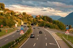 Aran-Villette Schweiz - September 19, 2017: Den europeiska rutten E 62 är en väg i Europa Royaltyfri Fotografi