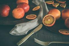 Arance affettate Concetto di alimento lunatico scuro Sano e alimento biologico Fotografia Stock Libera da Diritti