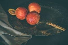 Arance affettate Concetto di alimento lunatico scuro Sano e alimento biologico Fotografia Stock