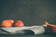 Arance affettate Concetto di alimento lunatico scuro Sano e alimento biologico Fotografie Stock Libere da Diritti
