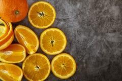 Arance affettate su un fondo scuro Immagine di priorità bassa immagini stock