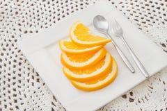 Arance affettate sul piatto bianco Fotografia Stock