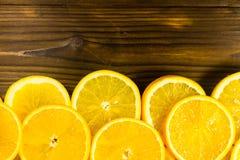 Arance affettate sulla tavola di legno Fotografia Stock