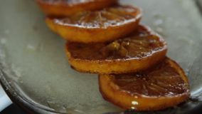 Arance caramellate per la mousse di cioccolato con gelatina arancio stock footage
