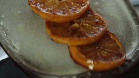 Arance caramellate per la mousse di cioccolato con gelatina arancio video d archivio