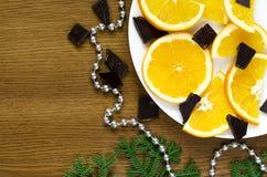 Arance, cioccolato e ramo di albero dell'abete Fotografia Stock