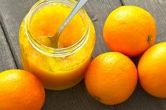 Arance del cucchiaio del barattolo della marmellata di arance Fotografia Stock