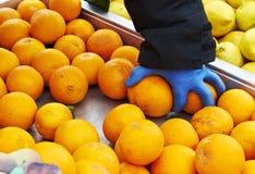 Arance di raccolto del fruttivendolo Fotografie Stock Libere da Diritti